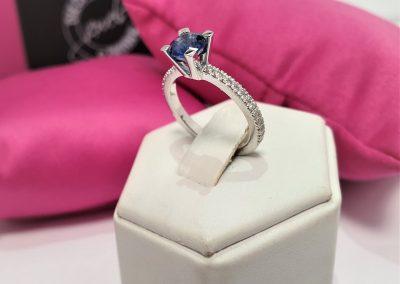 Anello con diamanti - Solitario dolcevita in oro bianco con zaffiro e diamanti