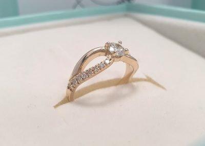 Anello con diamanti - Solitario oro giallo con diamanti sul gambo