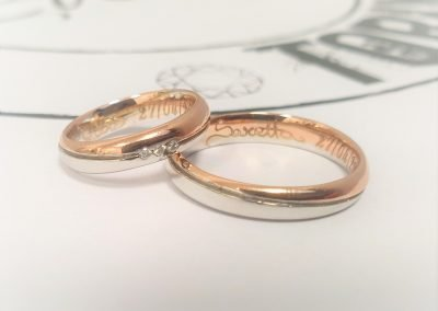 Fedi nuziali bicolore in oro rosa e oro bianco con fila diamanti e firma interna calligrafica