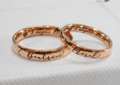Fedi nuziali classiche in oro rosa con decoro e incisione interna e firma calligrafica esterna