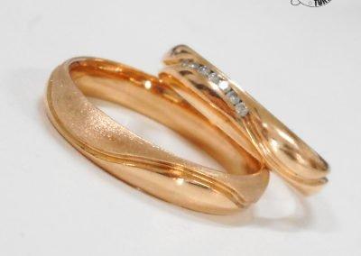 Fedi nuziali classiche in oro rosa con fila diamanti e effetto misto lucido e satinato