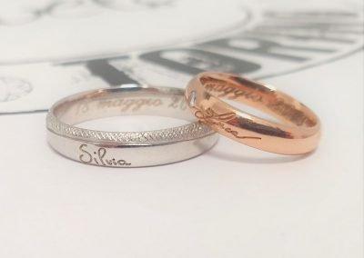 Fedi nuziali due colori in oro rosa con diamantino e in oro bianco con firma esterna metà lucida metà effetto tessuto
