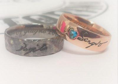Fedi nuziali due colori in oro rosa con pietra blu e in oro bianco martellato