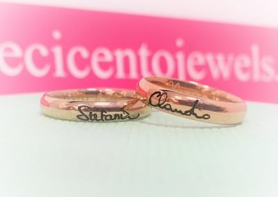 Fedi nuziali due colori modello evergreen, una in oro bianco non rodiato e una in oro rosa, firma esterna con vernice nera