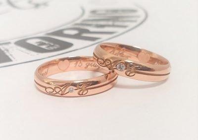 Fedi nuziali evergreen in oro rosa con iniziali, diamante e decorazione interna