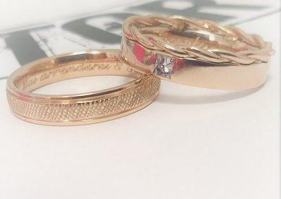 Fedi nuziali in oro champagne una modello Leila con diamante taglio princess ed una effetto tessuto con bordi lucidi