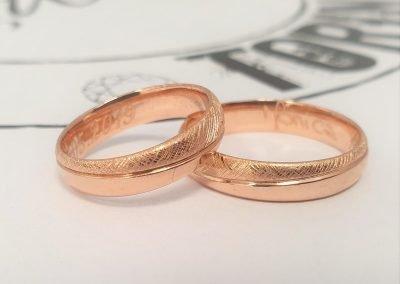 Fedi nuziali in oro rosa con firma interna ed effetto misto lucido e tessuto