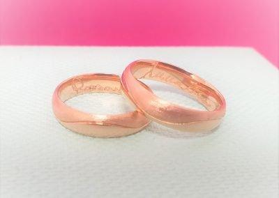 Fedi nuziali modello onda in oro rosa metà satinato metà lucido e firma interna