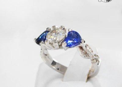 Gioiello per lei - Anello in oro bianco con diamante e zaffiri taglio cuore
