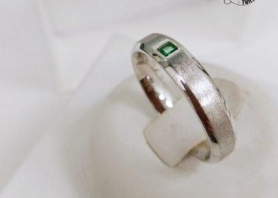 Gioiello per lui - Anello uomo in oro bianco con Smeraldo