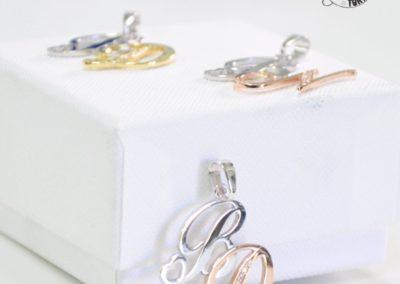Idee regalo per i Testimoni - Ciondoli in oro con lettera personalizzata e diamanti